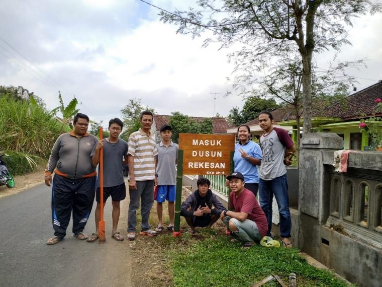 Menyambut Hari Raya Idul Fitri dengan Memasang Pembatas Dusun