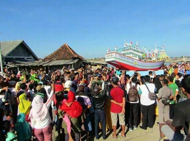 Pesta Lomban, Puluhan Ribu Wisatawan Padati area Pantai di Jepara