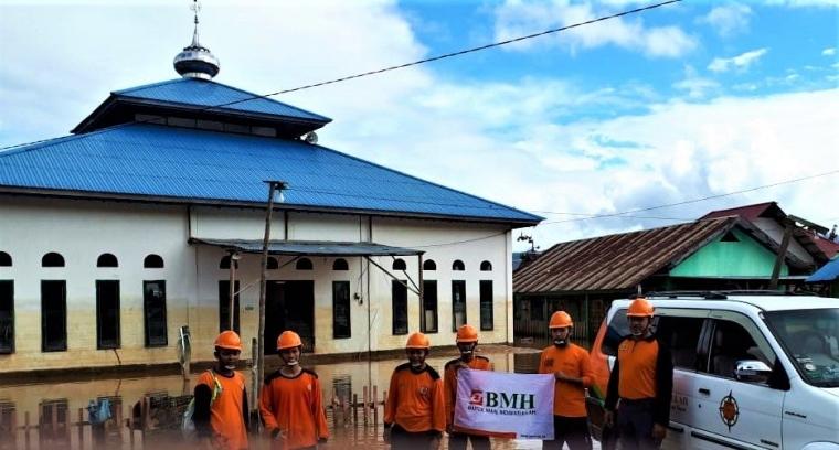 Laznas BMH Bersihkan Masjid dan Terus Berikan Bantuan Makanan Korban Banjir Konawe Utara