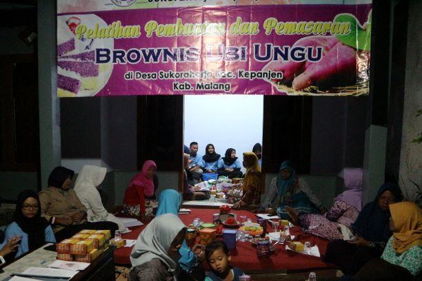 Antusias Warga Dusun Blobo dalam Pelatihan dan Pemasaran Brownies Ubi Ungu