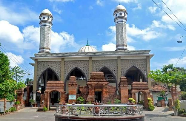 Akulturasi Tradisi dan Bangunan Masjid Wali Loram Kulom
