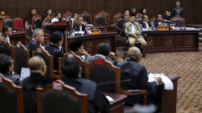 Moncong Senjata Membidik KPU, tapi Peluru Tajam Menembus Wajah Prabowo-Sandi