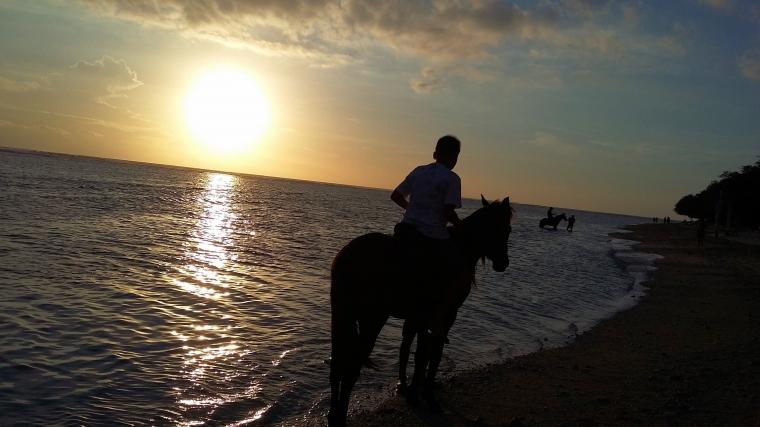 Naik Kuda Sambil Menikmati Sunset di Gili Trawangan