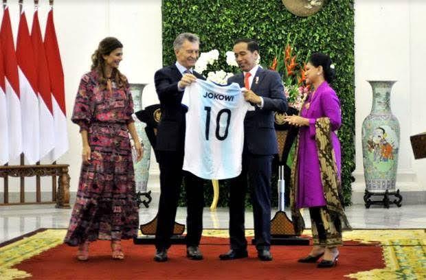 Presiden Jokowi Diberi Kaos Bola
