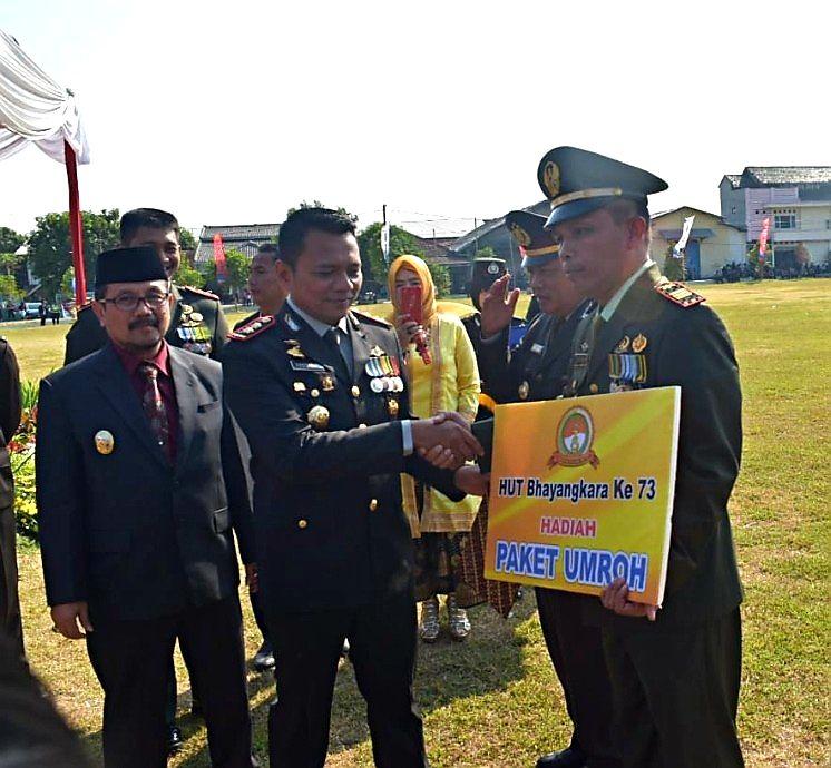 HUT Bhayangkara ke-73, Kapolres Cirebon Berikan Hadiah Umrah Gratis ke Kapolsek Pangenan serta Danramil Astanajapura