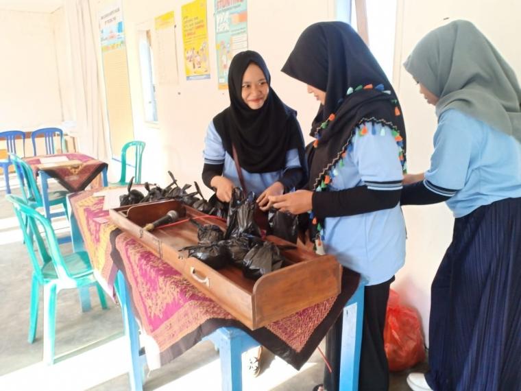Mahasiswa KKN UM Membantu Kegiatan Posyandu Desa Pandesari
