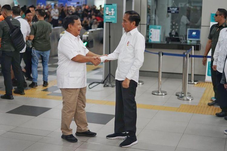 """Terharu, Duo Anak Terbaik Bangsa """"Berlebaran"""" di Stasiun MRT"""