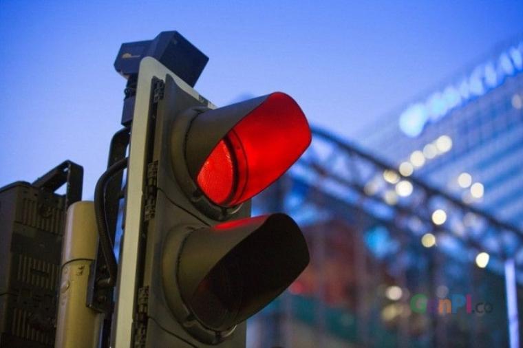 Menikmati Lampu Merah Menyala