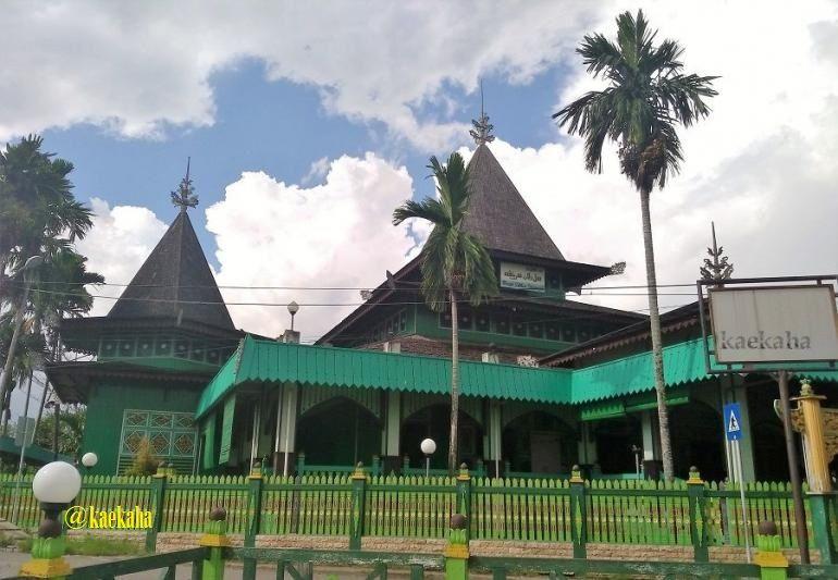 Shalat di Masjid Kayu Tertua di Kota Banjarmasin Ini Bikin Adem Lahir-Batin!