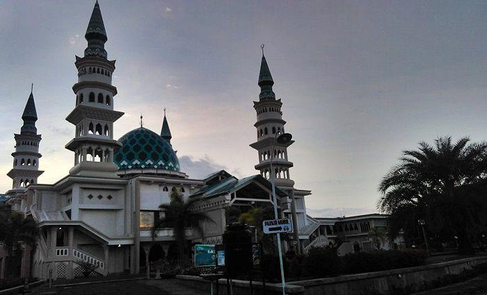 Di Masjidku Tak Ada Lampu Kristal