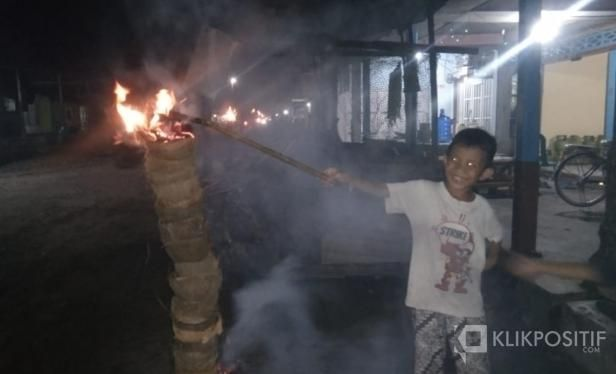 Bakar Tempurung Kelapa Dalam Menyambut Malam Lailatul Qadar Pernah Eksis di Kampung Saya