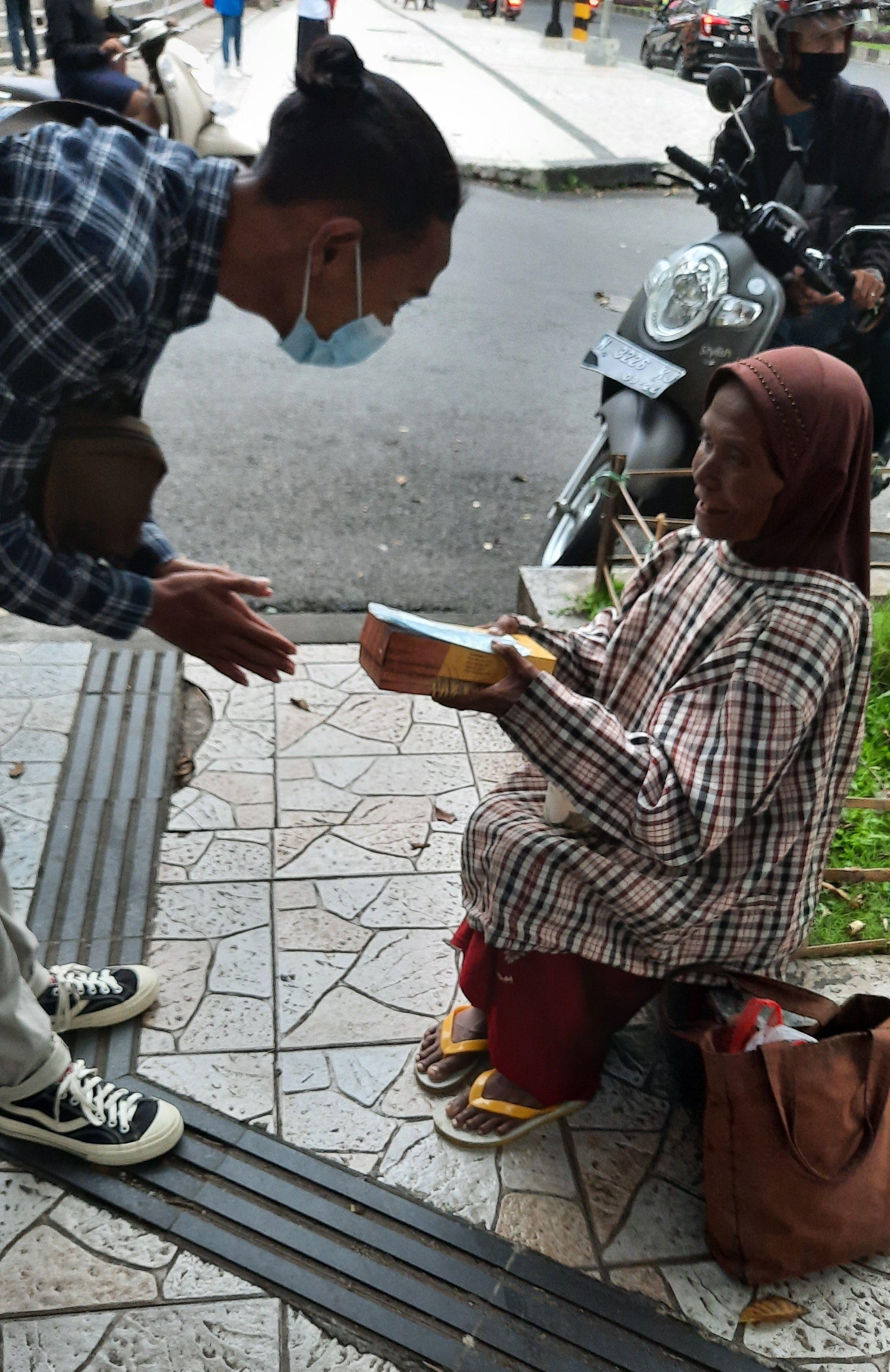 Sambut Bulan Suci Ramadan 1442 H Mahasiswa Mesin UM Gelar Aksi Bagi-Bagi Takjil di Jalan Veteran, Kota Malang