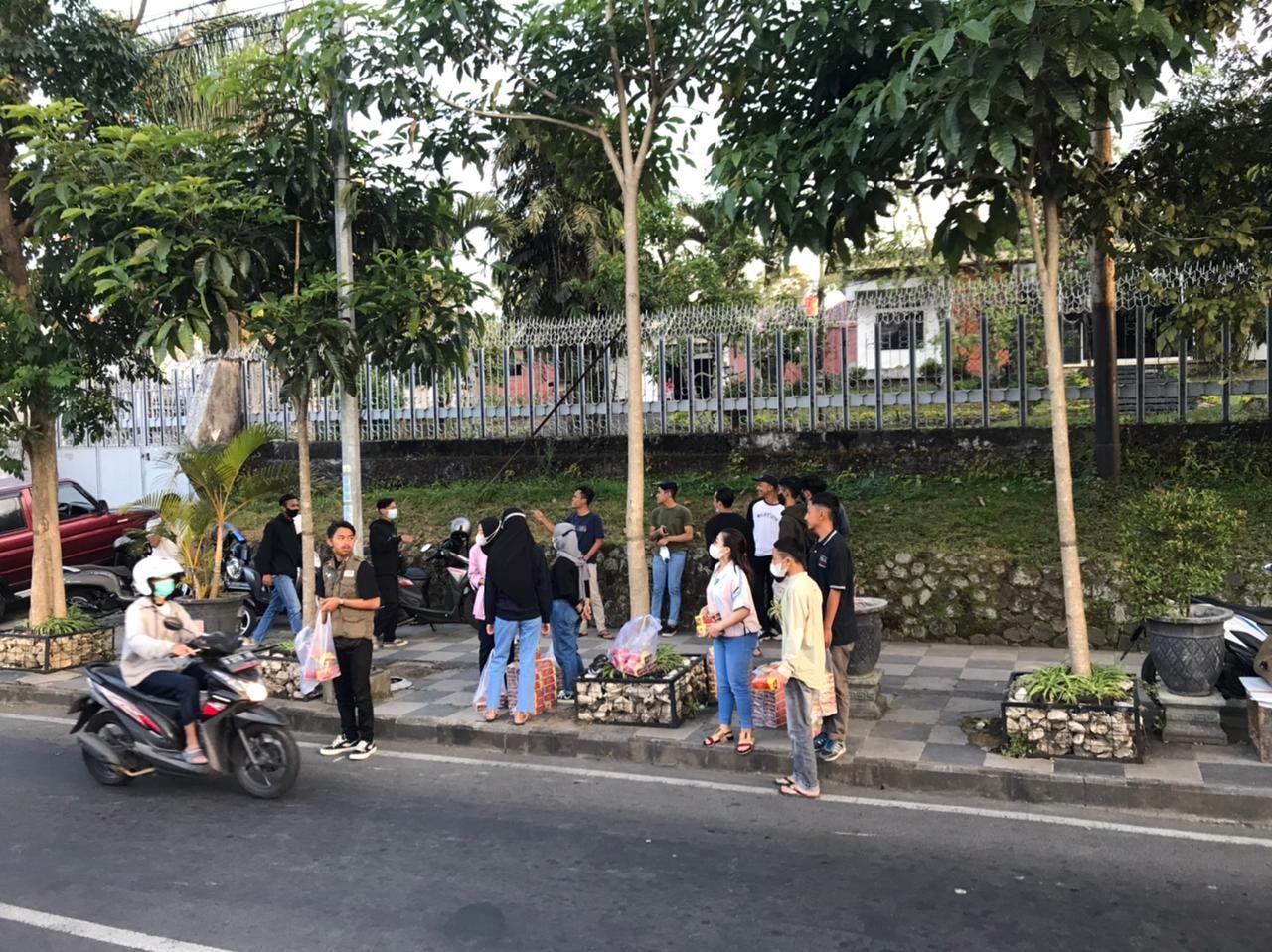 Mencari Berkah Ramadhan, Alumni Siswa Skariga (SMK PGRI 3 Malang) Berbagi Takjil di Kota Batu