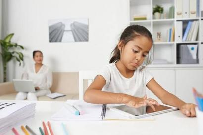 Alasan Orang Tua Tak Memberi HP Pribadi pada Anaknya