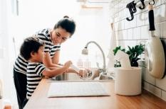 Pentingnya Mengajarkan Kepada Anak tentang Pekerjaan Rumah Tangga