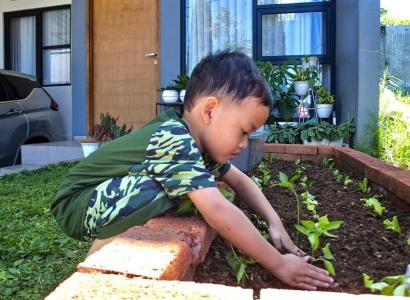 5 Manfaat Berkebun di Rumah untuk Anak-Anak Kita