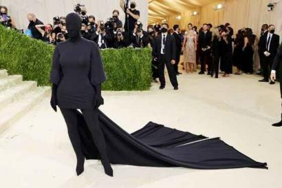 """Political Art"" dalam Balutan Busana Kim Kardashian dan AOC pada Met Gala 2021"