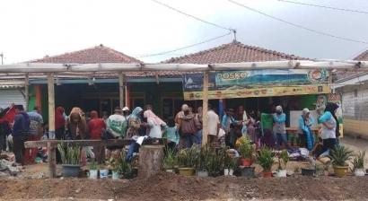 Bazar Pakaian Gratis di Kaki Gunung Telomoyo