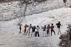 Peta Topografi, Pelajaran untuk Anak-anak Menyeberangi Sungai dengan Aman