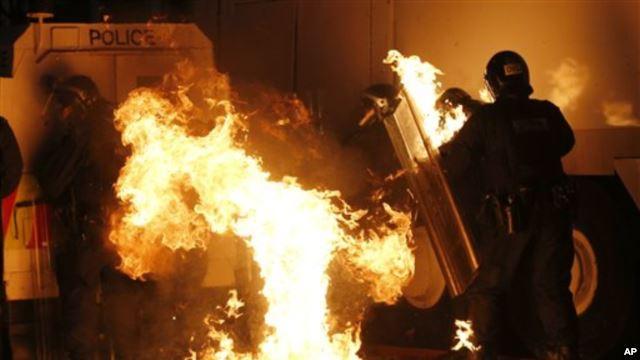 Konflik Protestan-Katolik: Irlandia Utara Rusuh,32 Polisi Alami Luka-luka