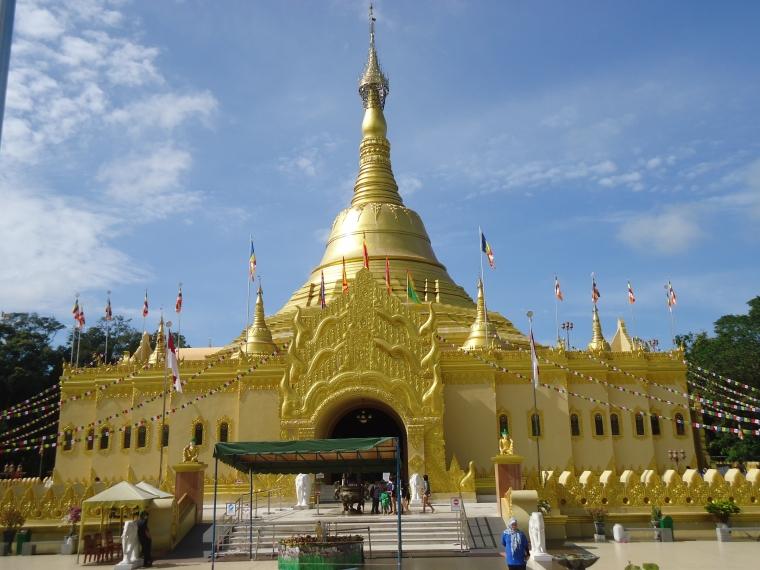 Indahnya Replika Shwedagon Pagoda di Taman Alam Lumbini, Berastagi