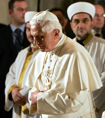 Paus Benediktus XVI 'Shalat' di Masjid (Hoax)