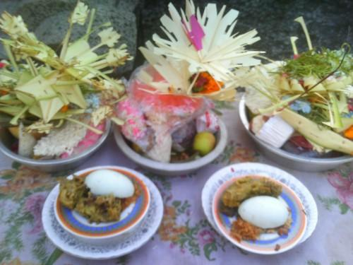 Banten Prayascita, Mebersih, Melukat, dan Bersiap Menjelang Galungan.