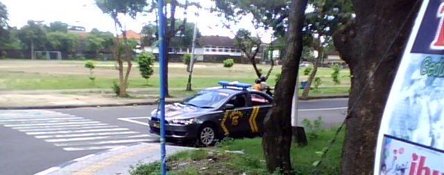 Mencuri Gambar Mobil Pak Polisi