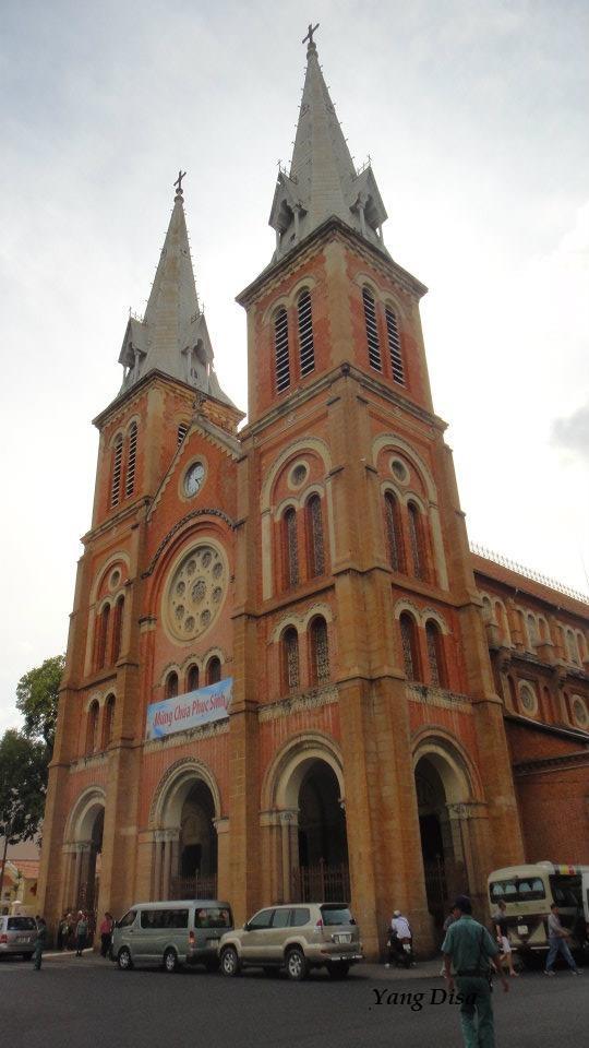 Di Ho Chi Mihn Pun Ada Katedral Notre Dame