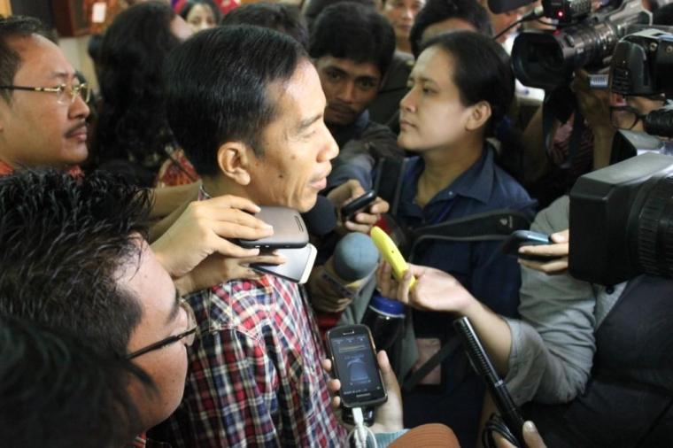 Foto Lucu Jokowi Diwawancarai Pisang