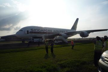 Ada Penumpang Sakit, Pesawat A380 Mendarat Darurat di Jakarta