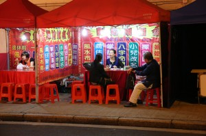Mengintip Tukang Ramal di HK