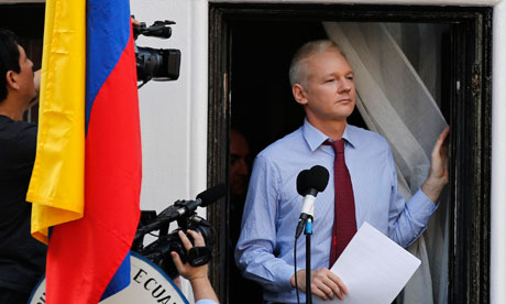 Assange Perlihatkan Diri, Inggris Sakit Kepala
