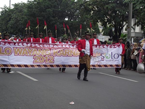 Senyum Jokowi dan Solo Wayang Karnaval 2012