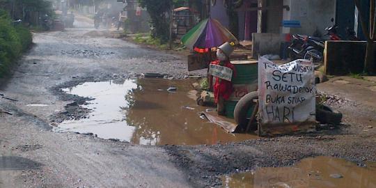 Kolam Ikan di Tengah Jalan Bikin Masalah